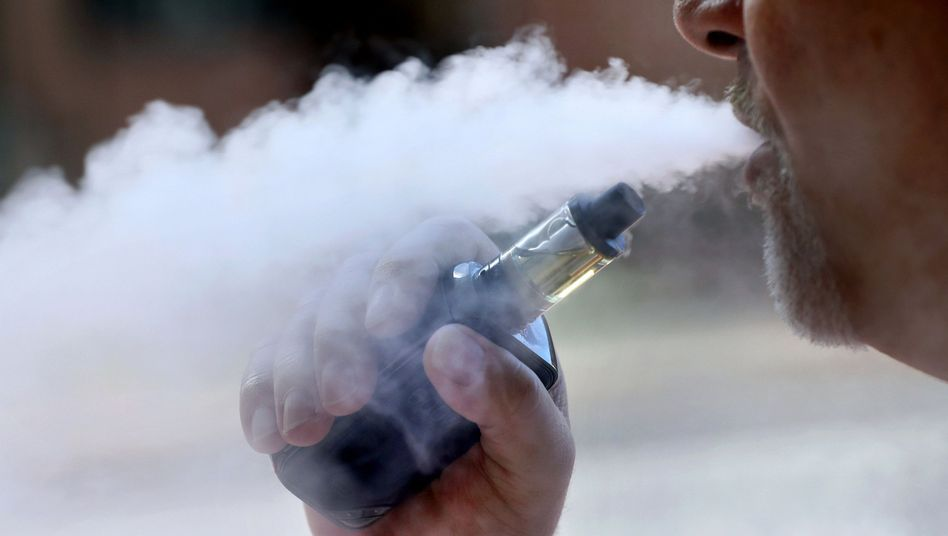 Mann mit E-Zigarette in den USA (Archivbild): Atemprobleme und Brustschmerz