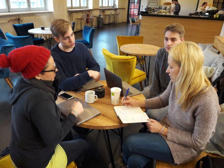Die Studierenden Marie, Robin und Martin im Gespräch mit Dozentin Anna Maria von Saucken (v.l.)