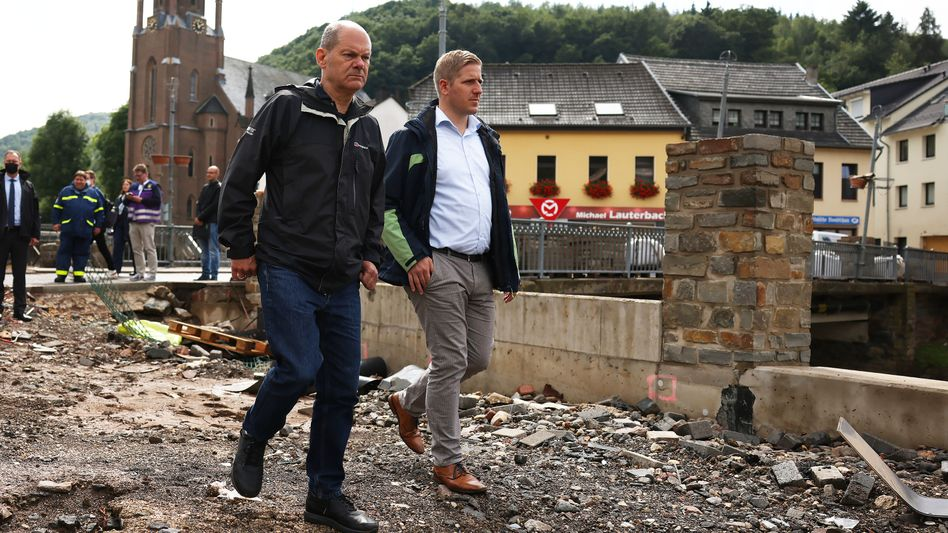 Finanzminister und SPD-Kanzlerkandidat Scholz am Montag in Gemünd, einem zerstörten Stadtteil von Schleiden