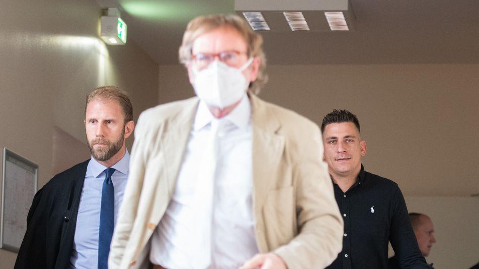 Hamburger Richter Johann Krieten (M.), Rapper Gzuz (r.) und dessen Anwalt Christopher Posch (l.), 8. September 2020
