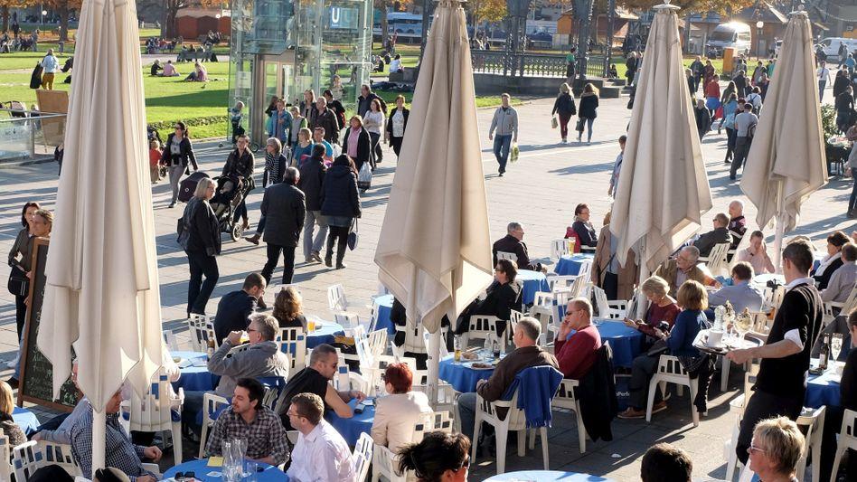 Straßencafé: Risiko der Betriebe voll auf die Beschäftigten verlagert