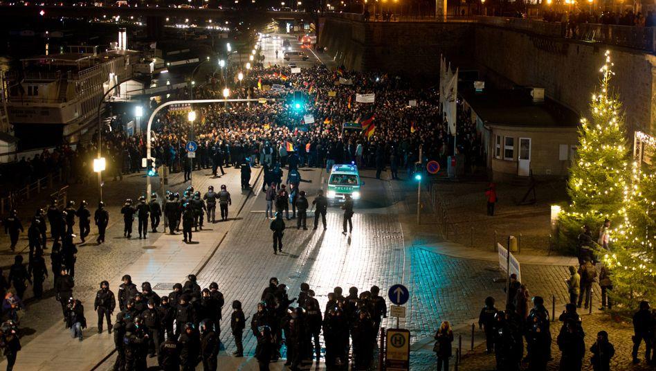 Teilnehmer der Pegida-Demo in Dresden: Gegendemo verhindert Protestmarsch