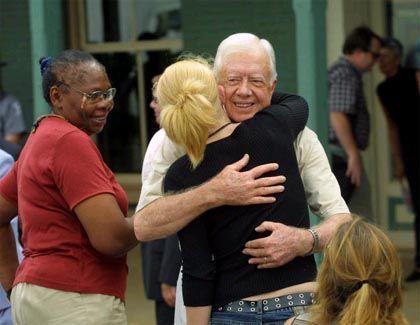 Glücklicher Nobelpreisgewinner: Umarmungen für den früheren US-Präsidenten Jimmy Carter nach einer Pressekonferenz in Plains, im US-Bundesstaat Georgia.