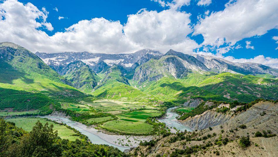 Die Vjosa fließt von ihrer Quelle in Griechenland bis in die Adria