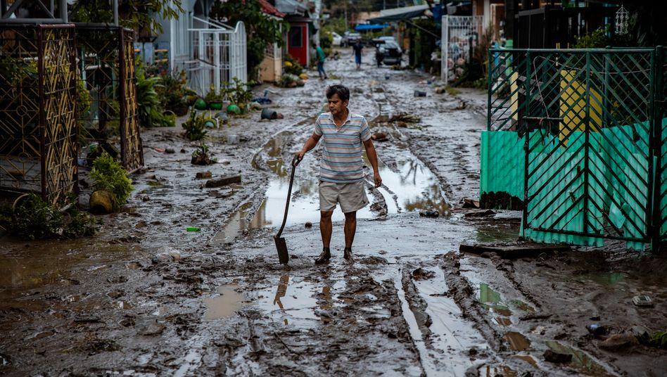 """Verschlammte Straße in Batangas: Aufräumen nach Taifun """"Goni"""""""