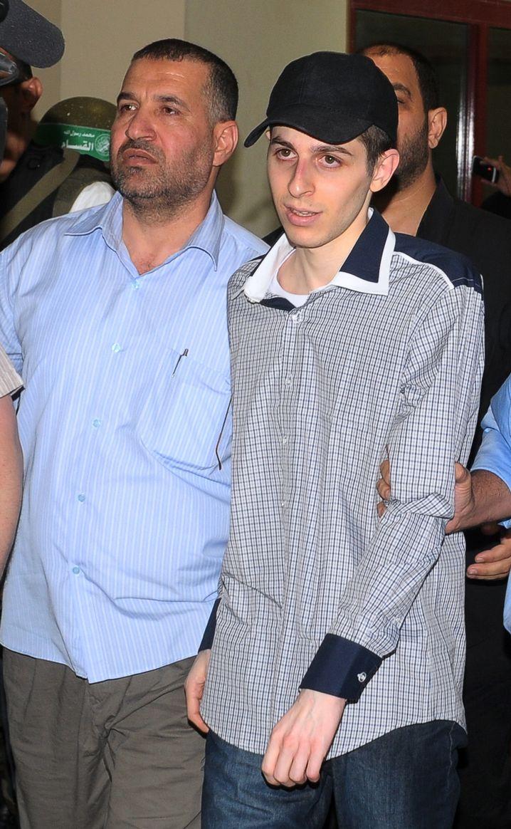 Dschabari (links im Bild) 2011 mit Soldat Schalit: Vor Kraft strotzender Palästinenser