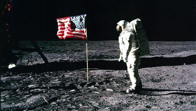 """Apollo-11-Astronaut Edwin """"Buzz"""" Aldrin neben der US-Flagge auf dem Mond: Der Kaffee ist """"nicht brühend heiß, aber warm"""""""