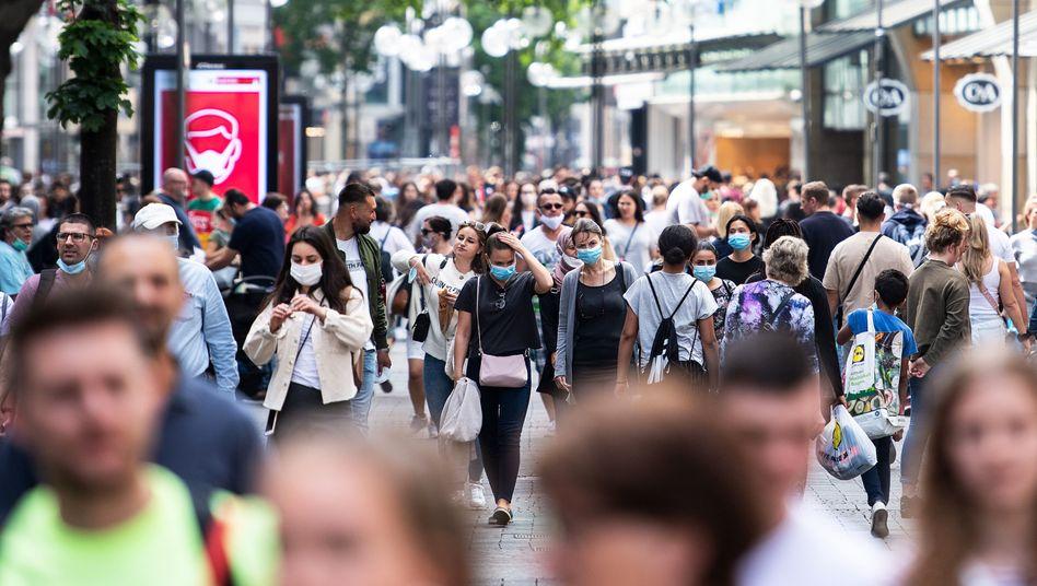 Passanten auf der Schildergasse in Köln, 9. Mai 2020