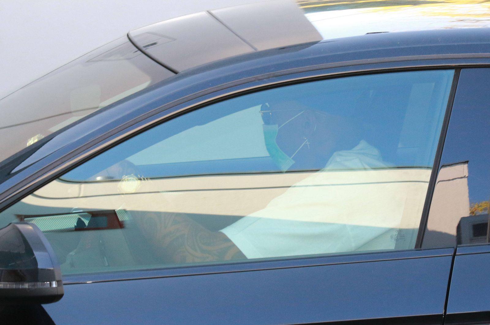 Jerome Boateng, im Dienstauto, auf dem Weg zum Training / Fussball / FC Bayern München / 07.04.2020 / Training / *** Je