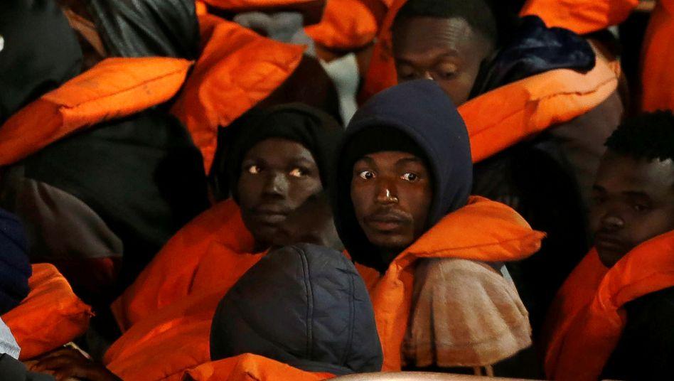 """""""Sie wollen nicht, dass irgendjemand nach Malta kommt"""": Geflüchtete an Bord eines maltesischen Militärschiffs (Foto vom 10. April)"""