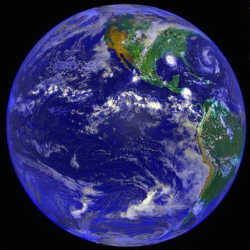 Blauer Planet: Weißere Wolken reflektieren mehr Sonnenlicht