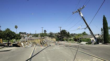 Ganzer Straßenzug eingebrochen: 46-Meter-Loch in San Diego