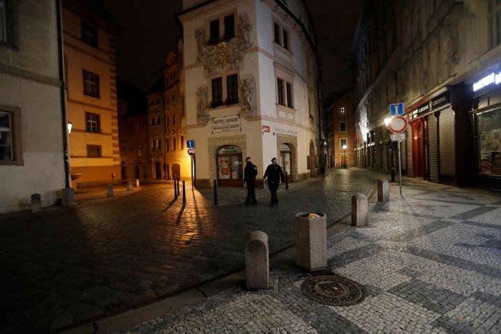 Polizisten kontrollieren die Einhaltung der nächtlichen Ausgangssperre in Prag (Foto vom Mittwoch)