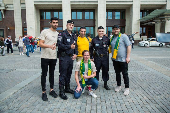 Daumen hoch: Australische Fans bitten die Beamten zum Foto