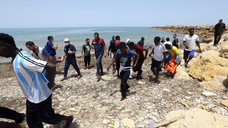 Flüchtlinge an der Küste Libyens
