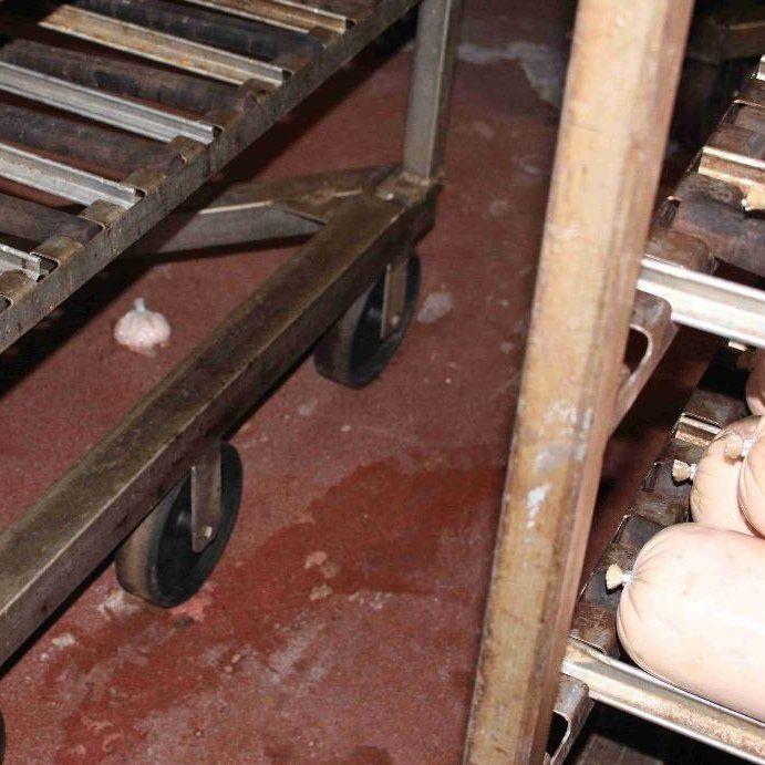 Bockwurstreste lagen auf dem Boden - nach der Reinigung
