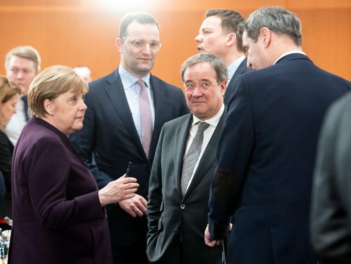 Saarlands Ministerpräsident Hans im Gespräch mit Teilnehmern der Ministerpräsidentenkonferenz und Kanzlerin Merkel (im März 2020)
