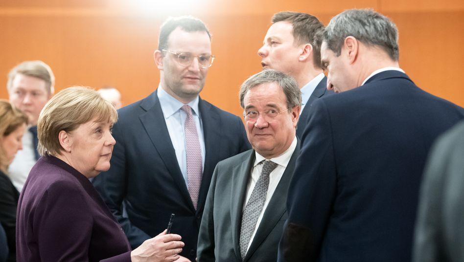 Bundeskanzlerin Merkel mit Gesundheitsminister Spahn und den Ministerpräsidenten Armin Laschet (NRW), Tobias Hans (Saarland), Markus Söder (Bayern)