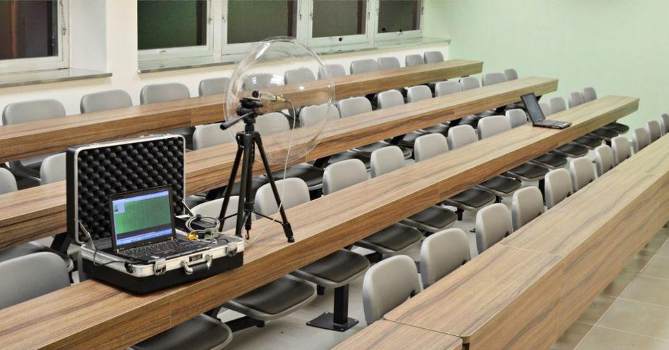 Laptop mit Richtmikrofon: Der Aufbau führt aus vier Metern Entfernung akustische Kryptoanalysen durch