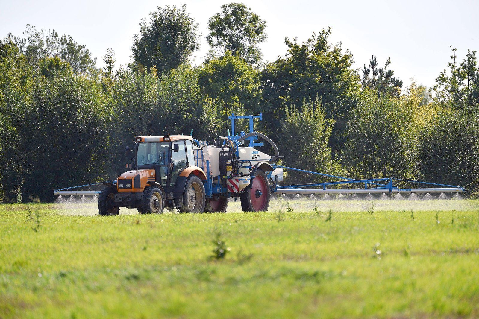 Ein Landwirt bringt das Pflanzenschutzmittel Glyphosat auf einem Feld aus spritzen Spritze spruehen