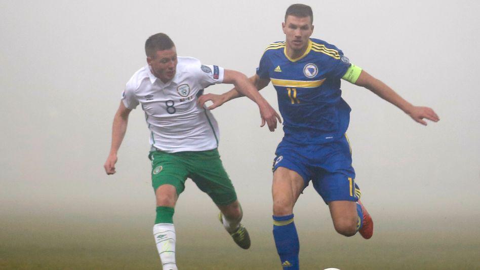 Torschütze Dzeko (links): Unentschieden im Nebel gegen Irland