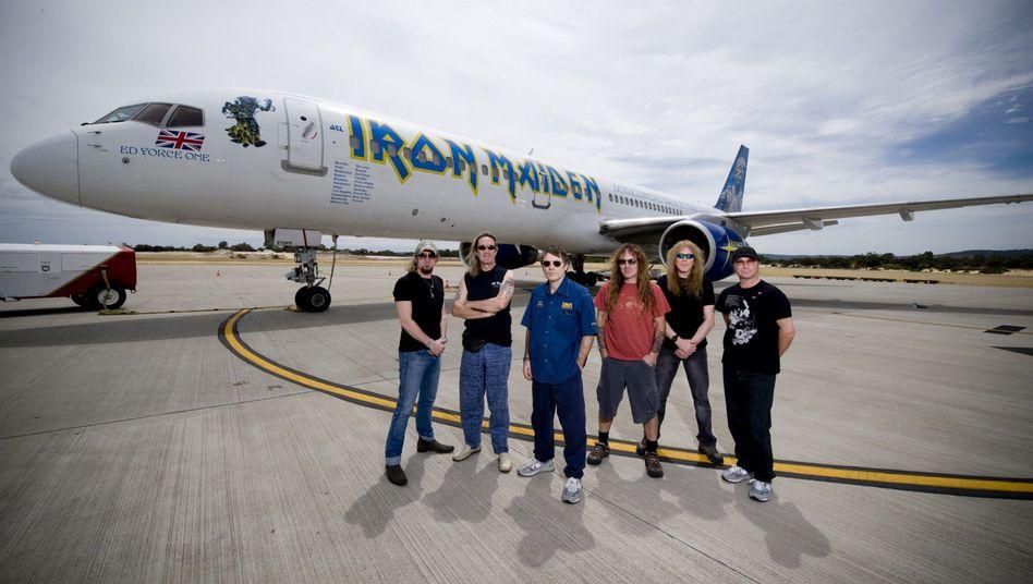 Iron Maiden: Frontman Bruce Dickinson (blaues Hemd) fliegt als Pilot Charter-Maschinen