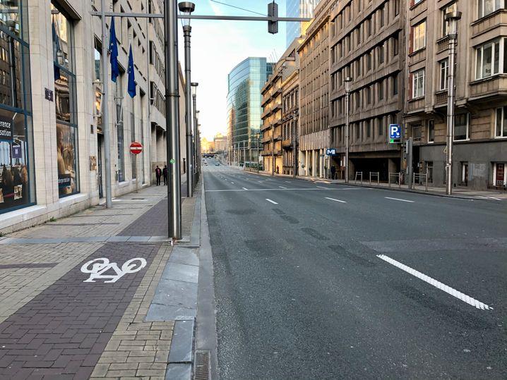 Die Rue de la Loi, eine der wichtigsten Straßen in Brüssel, ist selbst zur Hauptverkehrszeit leer
