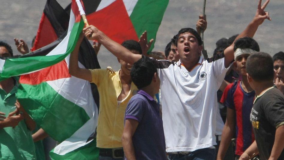 Fahnenschwenkende Palästinenser: Deutschland mahnt zur Besonnenheit