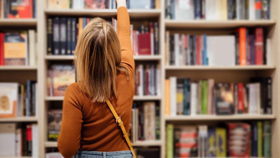 Leserin in einer Buchhandlung: Wie steht die Chance, das Werk einer Autorin herauszuziehen?