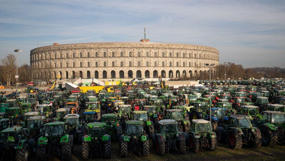 Trecker auf dem Veranstaltungsgelände in Nürnberg: Der Bauernverband distanziert sich von den Symbolen