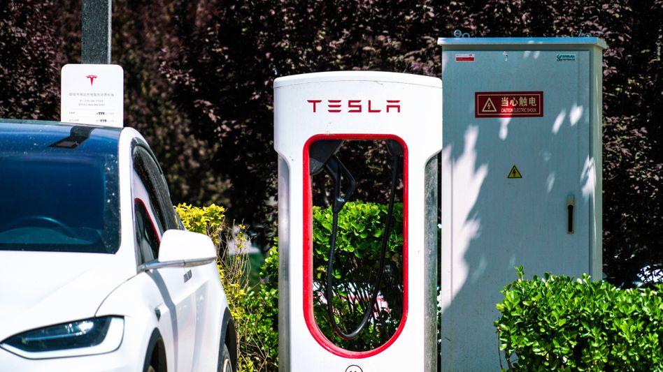 Tesla-Fahrzeug an einer Schnellladesäule derselben Marke in Peking