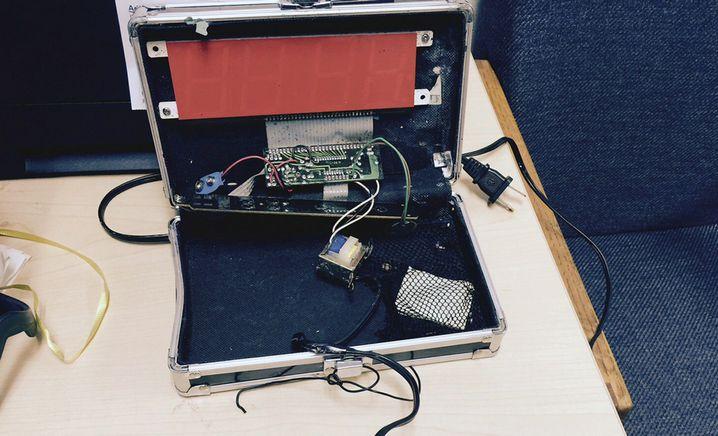 Ahmeds Uhr: Ein Koffer, eine Platine, Drähte, ein Digitaldisplay