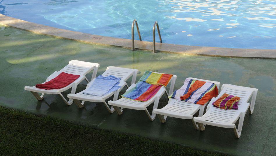 Badetücher an einem Pool eines Hotels auf Mallorca (Archivbild)