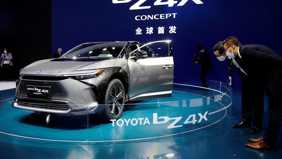 Der jetzt vorgestellte Elektro-SUV BZ4X ist das erste, eigenständige batterieelektrische Modell der japanischen Marke. In gut einem Jahr soll der Wagen auf den Markt kommen.
