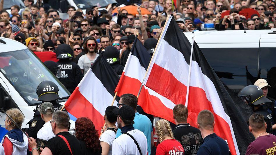 Neonazi-Demo im Vordergrund, im Hintergrund die Gegendemonstranten in Chemnitz