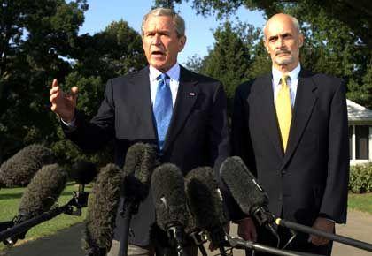 Bush (l., mit Heimatschutzminister Chertoff): Auf dem Weg ins Krisengebiet