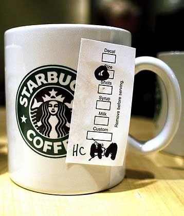 Starbucks-Tasse mit Bestellzettel: Symbol für das Strategie-Chaos des zu komplexen Konzerns