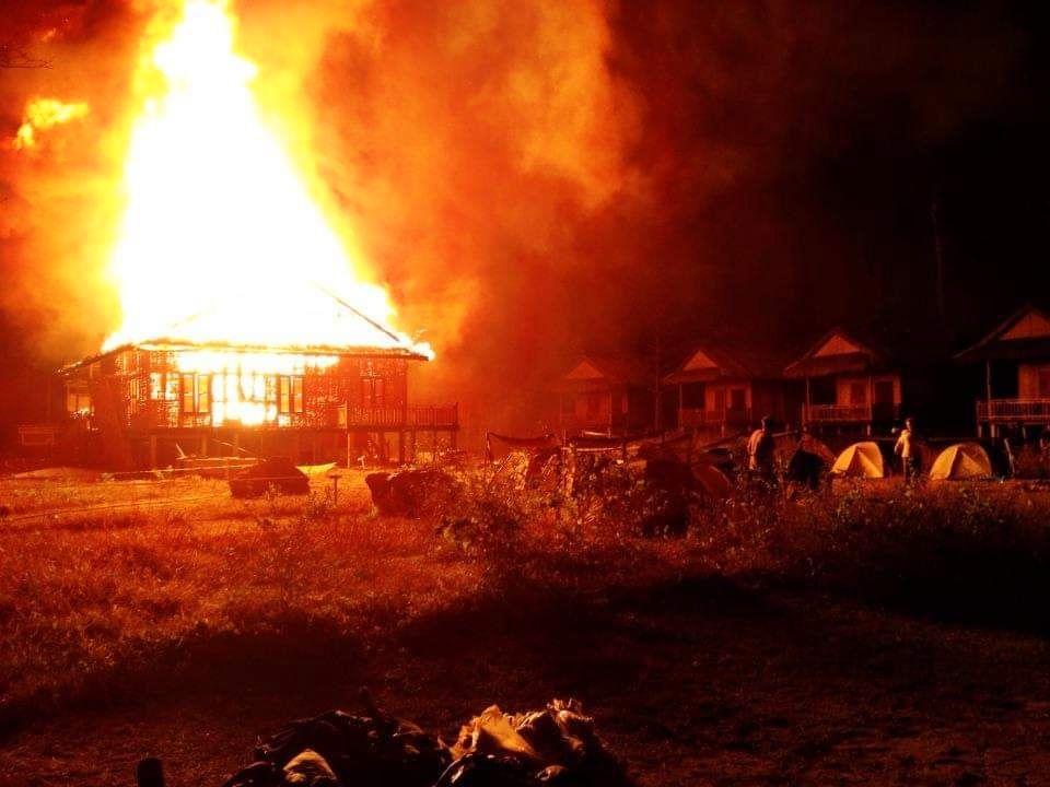 2013-01-01_0.48 h_Das ersten Feuer. Das komplette Camp brennt nieder