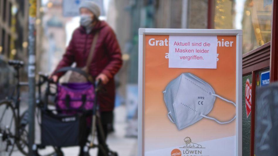 Hinweisschild für Gratis-FFP2-Masken (in Leipzig): Bürokratische Hürden