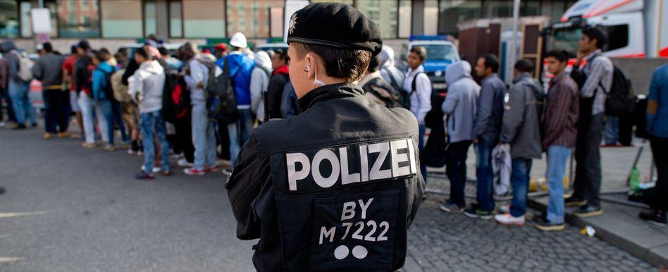 Flüchtlinge auf dem Weg zur Erstaufnahmeeinrichtung: Ankunft in Deutschland