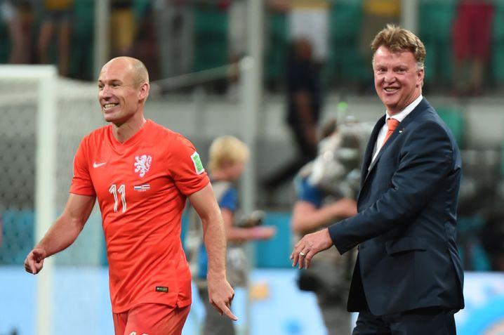 Der eine ist zurück, der andere nicht: Arjen Robben und van Gaal nach dem WM-Spiel gegen Costa Rica 2014