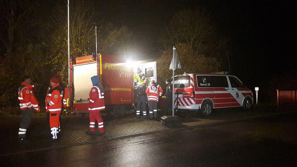 Feuerwehrleute und Rettungssanitäter an der Werra bei Bad Salzungen