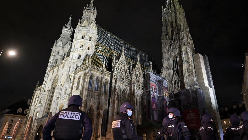Polizisten vor dem Stephansdom in Wien: Noch immer in Alarmbereitschaft