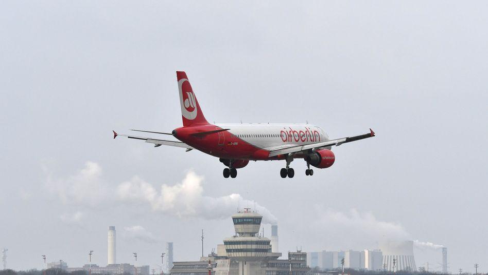 Air-Berlin-Maschine im Anflug auf den Flughafen Tegel