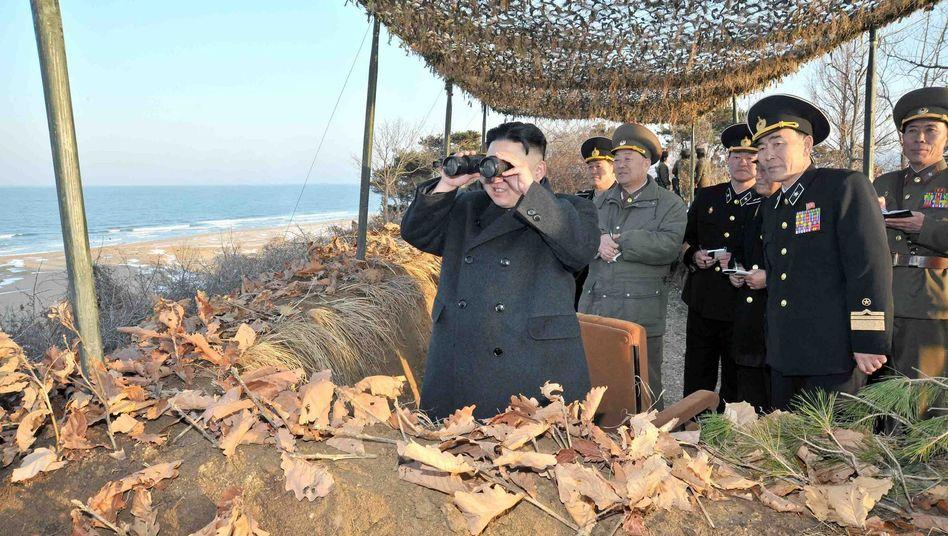 Kim Jong Un mit Soldaten: Drohung folgt auf Drohung