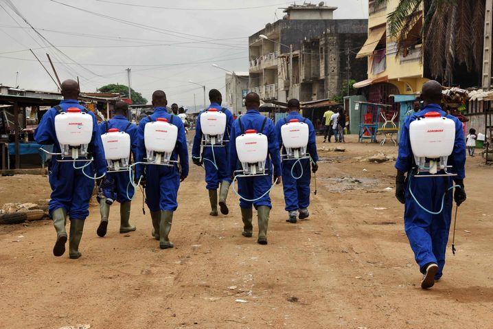 Auch in Abidjan an der Elfenbeinküste gingen Eskorten mit speziellen Sprays gegen Moskitos vor, um das Zika-Virus einzudämmen