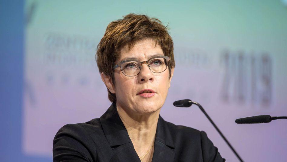 Verteidigungsministerin Annegret Kramp-Karrenbauer (CDU): Umfangreicher Bericht erwartet