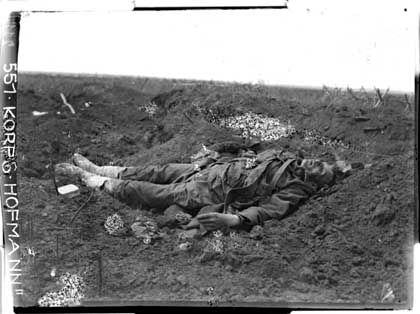 Tote Soldaten im Schützengraben, vermutlich bei Podhajce in Ostgalizien, August 1915: Mörderischer Feldzug in Osteuropa