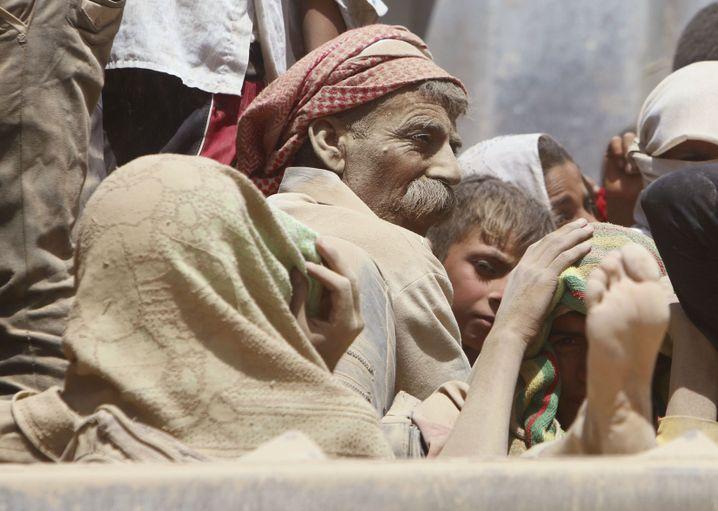 Jesiden auf der Flucht: Verstaubt und durstig Richtung syrischer Grenze