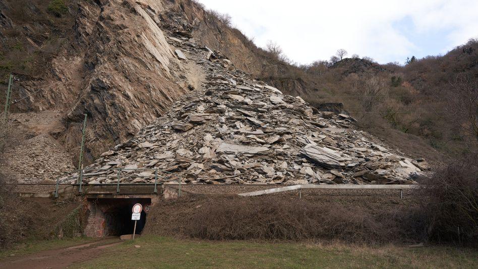 Felssturz in Rheinland-Pfalz: Unklar, wann die Strecke wieder befahrbar ist